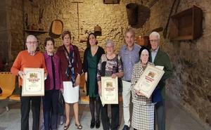 Los hermanos Juanita y Domingo García ganan el concurso de Balcones Floridos 'Villa de Potes'