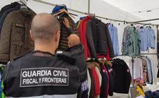 Intervienen 150 cazadoras falsas en el mercadillo de Santoña