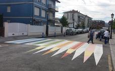 Colindres pinta los pasos de peatones de colores para incentivar su uso entre los niños