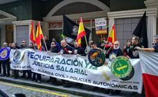 La plataforma Jusapol vuelve a concentrarse ante la sede del PSOE en Santander