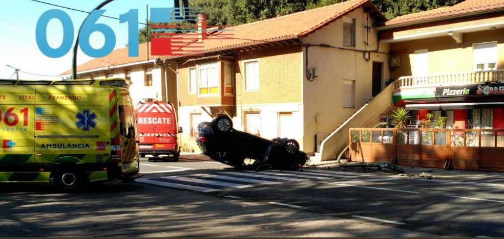 Tres heridas leves en Escobedo tras volcar el coche en el que viajaban