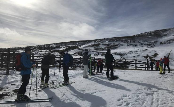 Primeros esquiadores en la Estación de Alto Campoo