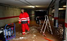 Las intensas lluvias inundan por tercera vez este año casas y garajes de Duález
