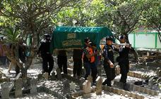 Muere uno de los buzos que buscan los restos del avión siniestrado en Indonesia