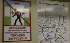 Un viajero para el tráfico en una línea del Metro de Moscú para hacerse un 'selfie' en las vías