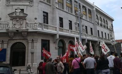 Los trabajadores de Ampros protestan por el recorte de derechos laborales