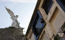 El Ángel del cementerio de Comillas espera su restauración hace un año