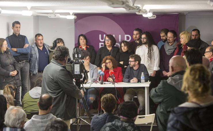 Rosana Alonso comparece rodeada de miembros del partido