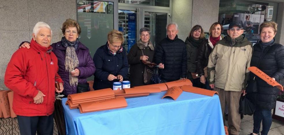 La campaña para reparar el tejado de la iglesia alcanza las mil tejas vendidas