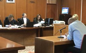 El acusado de abusar de la hija de su pareja, de 13 años de edad, admite que le dio un masaje desnuda