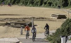 Así ha quedado la pasarela que comunica la playa de La Magdalena con Los Peligros tras los últimos temporales