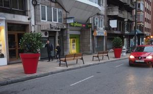 Maceteros y bancos en la calle San Fernando para evitar que los coches suban a la acera