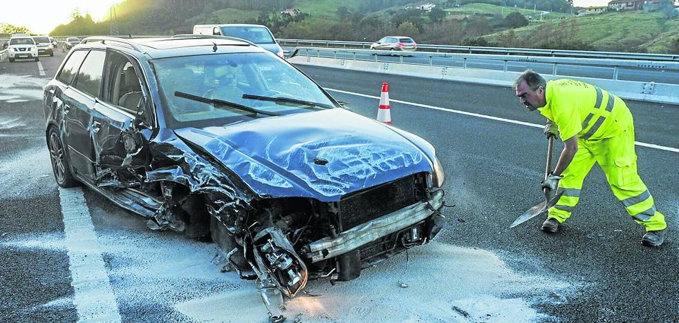 Un vehículo arrolla a una patrulla de carreteras sin causar heridos