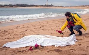 Rescatan el cuerpo de la decimonovena víctima del naufragio de una patera en Cádiz