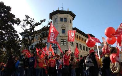 Trabajadores de Correos se concentran en Santander en defensa del servicio público
