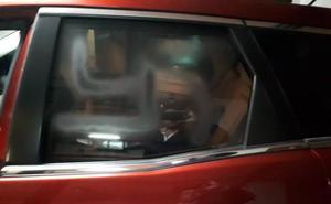 Pintan el coche del líder del PP catalán en el garaje de su casa y le pinchan las ruedas