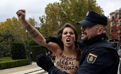 Activistas de Femen protestan en un acto franquista