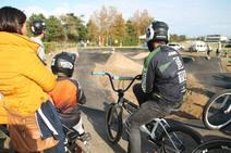 Loredo rueda con la primera pista cántabra de 'pump track'