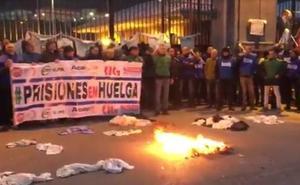 Pitada, fogata y petardos a las puertas de El Dueso en la huelga de los funcionarios de prisiones