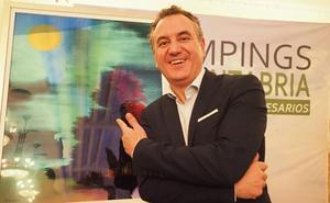 Roberto Brasero recibe el premio de los Campings de Cantabria