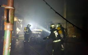 Arde una nave dedicada a taller mecánico en Meruelo