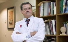 El nefrólogo Manuel Arias recibe un premio a su trayectoria profesional