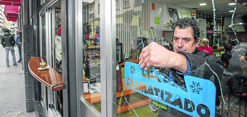 Destrozan las cristaleras de tres bares en el barrio de La Inmobiliaria