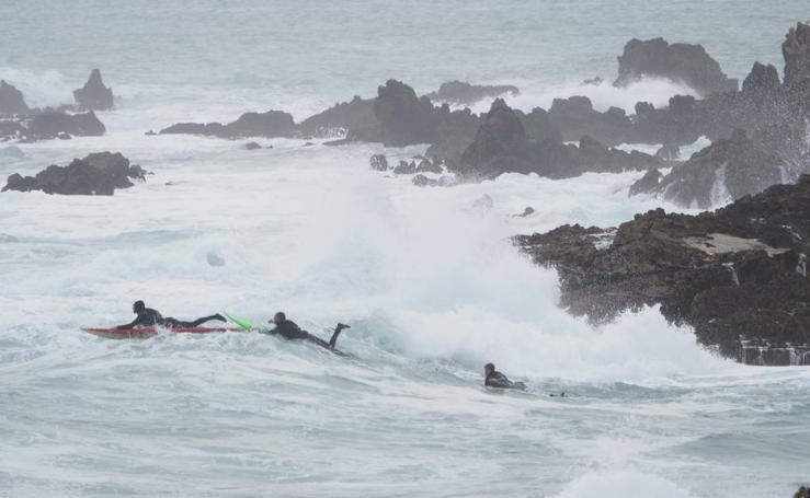 Los surfers entrenan, aunque La Vaca Gigante sigue a la espera de permisos