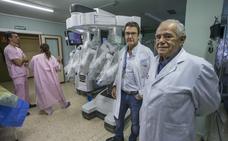 El nuevo robot Da Vinci sitúa a Valdecilla como «epicentro europeo para entrenar a cirujanos»