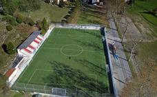 Comillas renueva el césped artificial del campo de fútbol de Rubárcena