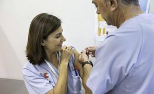 Más de 87.000 cántabros se vacunan contra la gripe, que aún está lejos de la epidemia