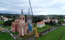 La torre norte de la iglesia de Cóbreces luce ya su nuevo pináculo