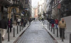 Los peatones ya pueden pasear por las nuevas aceras de la calle Cervantes
