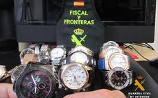 Intervenidos 16 relojes falsos en dos mercadillos que superarían los 60.000 euros en las tiendas