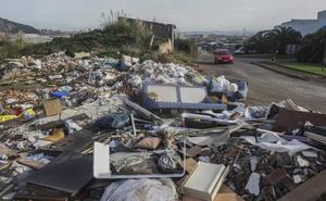 Los 450 trabajadores del polígono de Elegarcu viven «rodeados de basura»