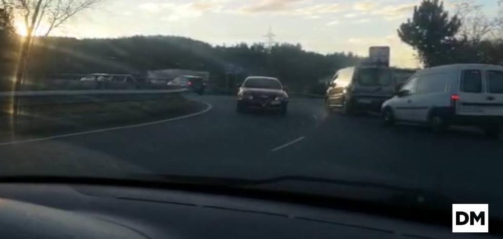 Un coche circula en dirección contraria por la rotonda de Sierrallana