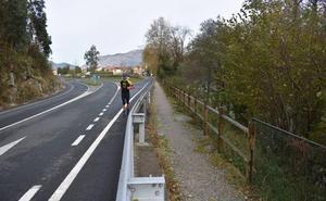 La Confederación obliga a retirar parte de la valla de protección de la senda fluvial del Besaya