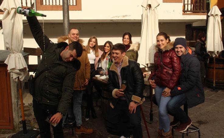 Los turistas exprimen el puente en Cantabria