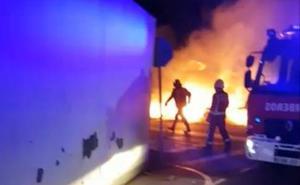 Sofocan un incendio en unos contenedores de Cueto