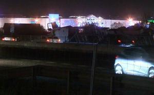 La S-10 amanece libre tras cuatro horas de trabajo para retirar el camión volcado y su carga
