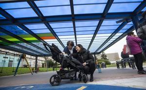 El parque infantil de El Alisal, primero cubierto del municipio por petición vecinal