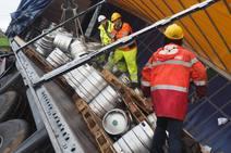 Comienza la reitrada de los 22.000 litros de cerveza del tráiler volcado