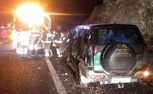 Un herido en la colisión de un camión contra un coche parado en el arcén en la A-67