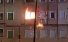 Quema un piso en La Inmobiliaria, arroja gasolina a policías y bomberos y acaba provocando una explosión