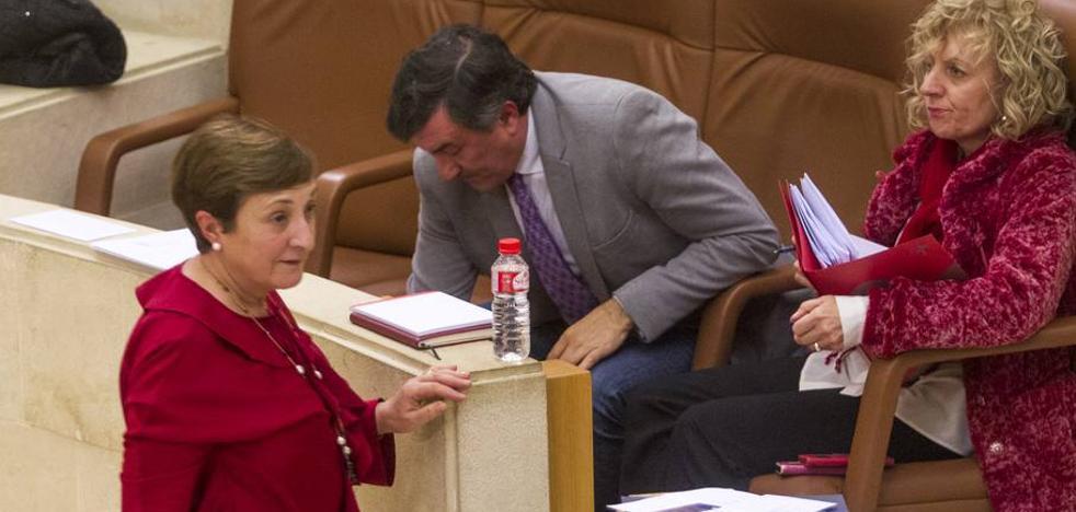 Revilla defiende a su consejera de Sanidad en el pleno: «No está de basura hasta el cuello»