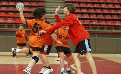 Más de 500 niños en el XXVI Torneo de Balonmano de Navidad de Torrelavega