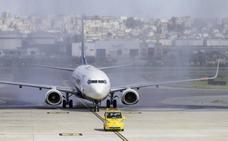 Un pasajero hace aterrizar un avión en el Seve Ballesteros por una emergencia, pero se niega a recibir atención médica
