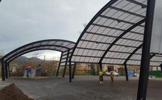 Los Corrales estrena dos cubiertas para una plaza y un parque infantil en Barros