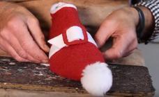 El zapatero cántabro Jesús Chimeno calza a Papá Noel