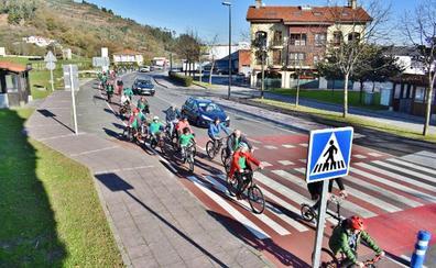 Decenas de ciclistas inauguran el nuevo carril-bici que que une Torrelavega y Cartes